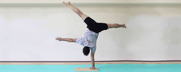 Ryan-Hurst-One-Arm-Handstand.png